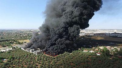 Estabilizado un gran incendio en la fábrica de Ybarra en Dos Hermanas