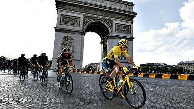 El brit�nico Chris Froome (Sky) entr� por tercera vez con el maillot amarillo de vencedor del Tour de Francia en los Campos El�seos de Par�s, donde el alem�n Andr� Greipel (Lotto Soudal) se sum� a la fiesta como ganador al esprint de la �ltima etapa,