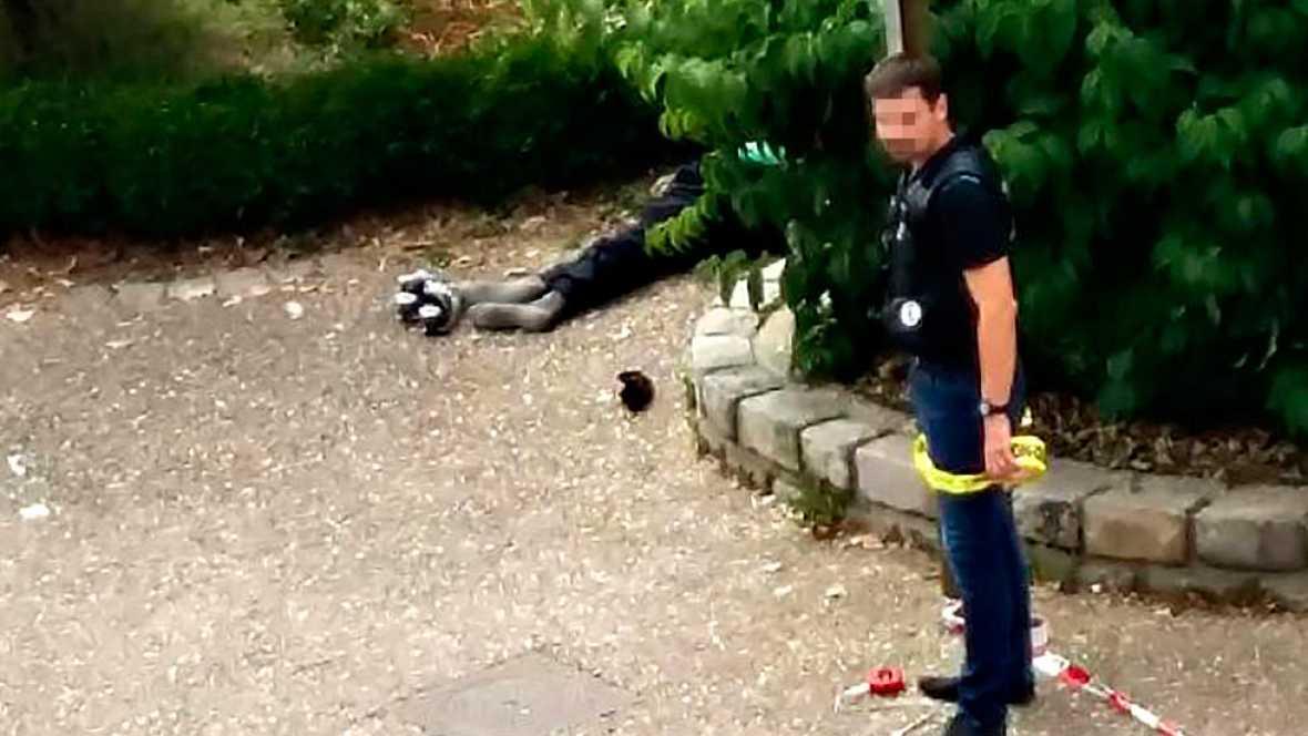 Un polic�a acordona la zona en torno a uno de los atcantes abatidos en Francia