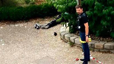 Un policía acordona la zona en torno a uno de los atcantes abatidos en Francia