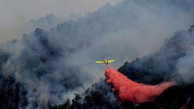Las labores de extinción del incendio de Artana se centran en el frente que amenaza a la Sierra de Espadán