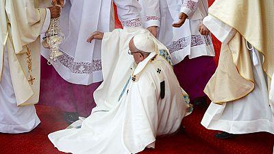 El papa ha sufrido una caída sin consecuencias durante la celebración de la misa en Czestochowa. En un momento de la ceremonia, el pontífice ha sufrido un tropiezo en un escalón, se ha ido al suelo y ha habido cierto revuelo.
