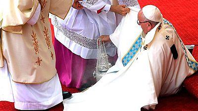 El Papa sufre un tropiezo durante una misa  en la visita oficial a Polonia