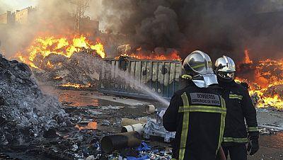 Un incendio en la planta de reciclaje de Arganda del Rey, en Madrid, calcina papel, goma y chatarra