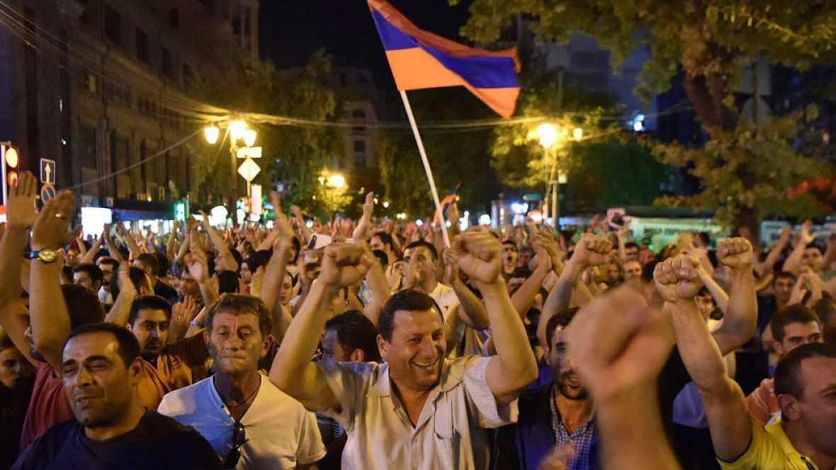 Miles de personas piden la liberaci�n del l�der opositor armenio