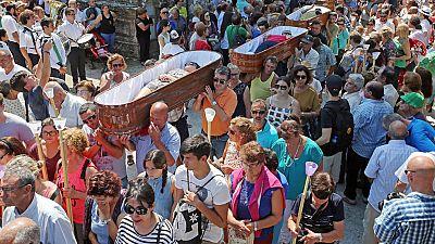 Cerca de 3.000 personas presencian la procesión de Santa Marta de Ribarteme