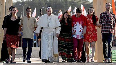 """El papa alerta a los jóvenes de la """"sofá-felicidad"""" y les insta a levantarse para construir un futuro mejor"""