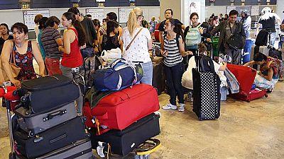 Decenas de mexicanos con billete sujeto a disponibilidad llevan varios días esperando en Barajas para regresar a su país