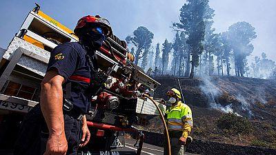 El fuego de La Palma alcanza la ladera este y cubre Fuencaliente de humo