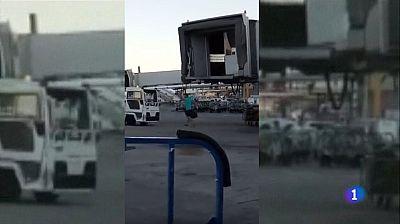 Un pasajero salta a la pista del aeropuerto de Barajas y consigue subir al avión que perdía