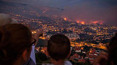 El fuego que arrasa la capital de Madeira se reaviva y quema decenas de edificios