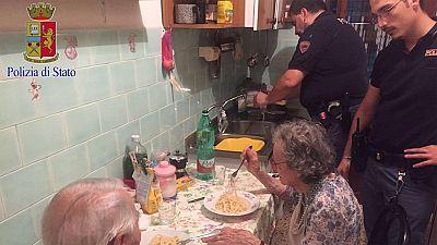 El último fenomeno viral de las redes sociales tiene por protagonista a cuatro agentes de la policía de Roma. Una llamada les alertó de los gritos y llantos de una pareja de ancianos. Al llegar, se encontraron a Jole, de 89 años, y a su marido Michel