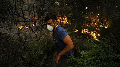 Diez incendios, cinco de ellos con riesgo para la población por su cercanía a núbleos urbanos, están activos en Galicia