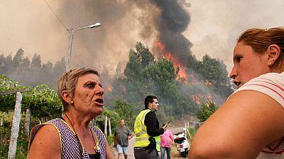 Varios de los incendios activos en Galicia amenazan a zonas habitadas