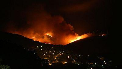 Tres de los incendios de Galicia siguen amenazando zonas habitadas mientras se producen las primeras detenciones