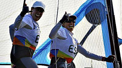 Las espa�olas T�mara Echegoyen y Berta Betanzos han concluido este martes l�deres de la clasificaci�n general de la clase 49er FX de vela de los Juegos de R�o 2016, tras la disputa de las doce regatas previas a la 'Medal Race', aunque empatadas a pun