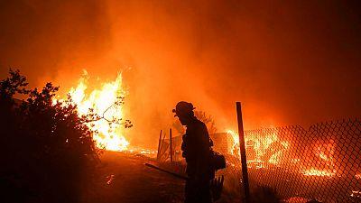 El viento empeora el incendio de San Bernardino en California
