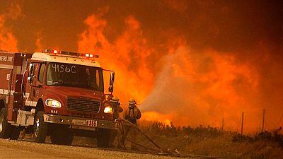 El último gran incendio en California continúa fuera de control