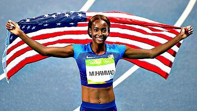 Dalilah Muhammad, subcampeona mundial hace tres años, dio a Estados Unidos la centésima medalla en los Juegos de Río y la número 35 de oro al ganar por el amplio margen de 42 centésimas la final olímpica de 400 metros vallas con un tiempo de 53.13 se
