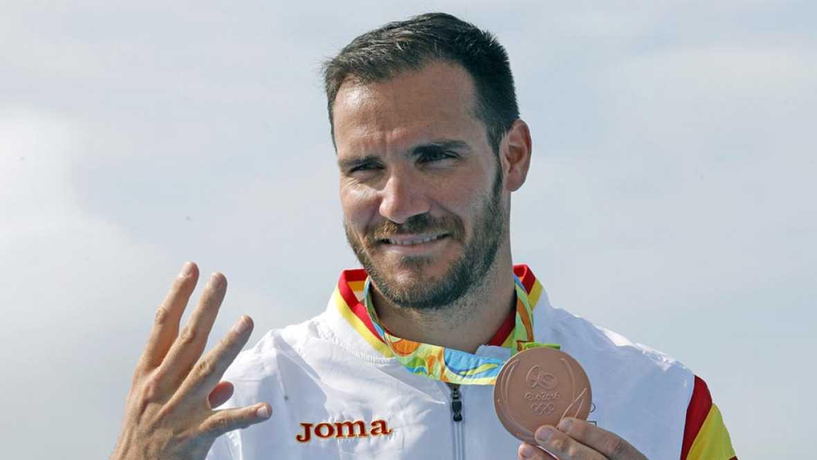 Saúl Craviotto se sube al podio para recibir el bronce