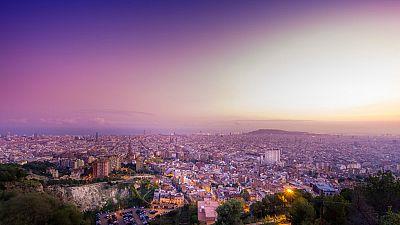 El mirador del Turó de la Rovira en Barcelona, un lugar privilegiado, y masificado, para contemplar la ciudad