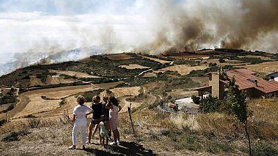 Los bomberos comienzan a estabilizar el fuego entre las localidades navarras de Tafalla y Pueyo