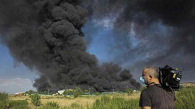 Un incendio en una planta de reciclaje clausurada en Chiloeches, Guadalajara, provoca una gran columna de humo tóxico