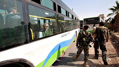 Milicianos rebeldes y civiles salen de Daraya tras el acuerdo con el r�gimen de Siria