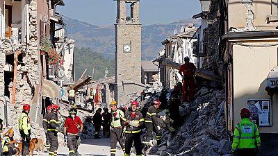Contin�an las tareas de b�squeda y desescombro en Amatrice tras el terremoto entre r�plicas