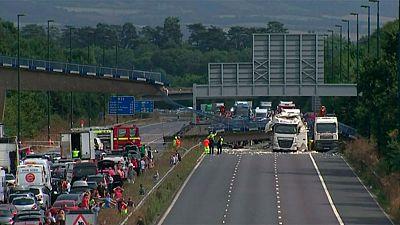 Un puente cae sobre un camión en el Reino Unido