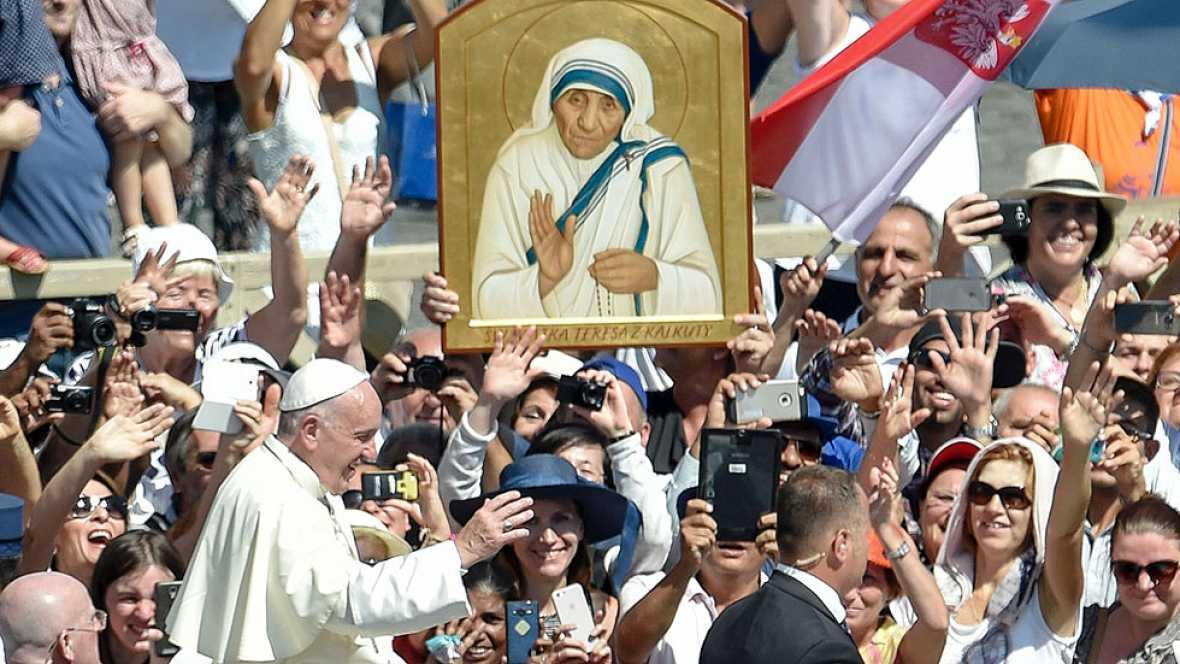 El papa Francisco proclama santa a la madre Teresa de Calcuta en la Plaza de San Pedro
