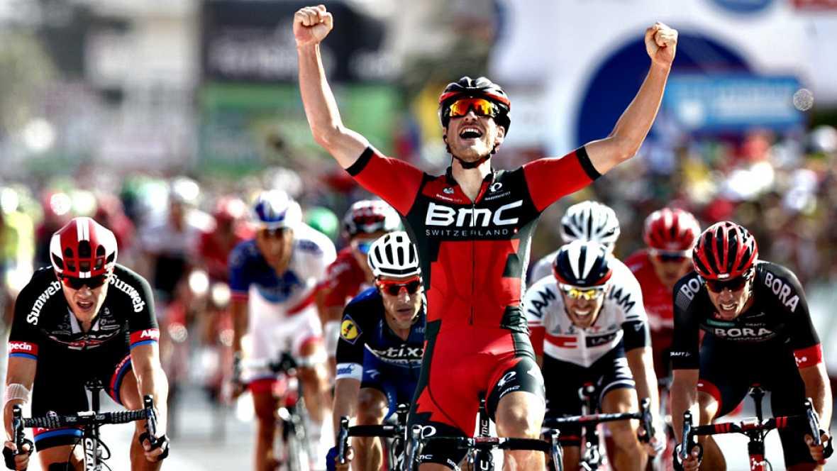 El luxemburgués Jean Pierre Drucker (BMC) se impuso este lunes en la decimosexta etapa de la Vuelta a España, disputada entre Alcañiz y Peñíscola sobre 156 kilómetros, en la que el colombiano Nairo Quintana (Movistar) retuvo el maillot rojo de líder.