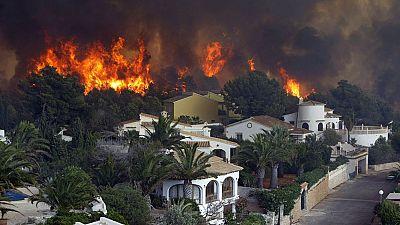 El incendio de Alicante mantiene a 1.400 personas desalojadas tras quemar varios chalés