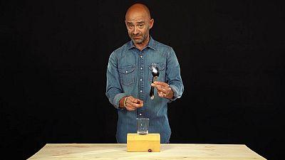 Desafía tu mente - Equilibrio con un tenedor, una cuchara y un palillo
