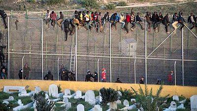 Unos 65 inmigrantes han estado varias horas encaramados a la valla de Ceuta