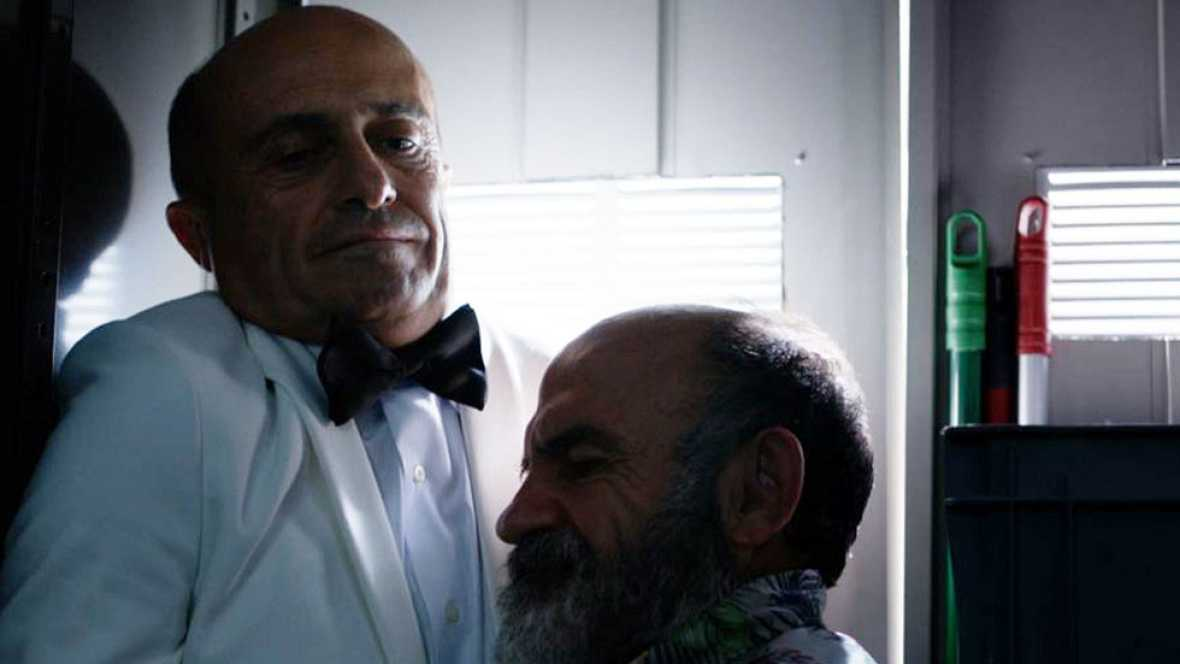 Olmos y el informante de El Chotas huyen de los secuestradores y no les queda otra que conocerse más a fondo dentro de un armario.