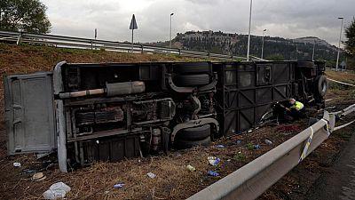Al menos 24 personas han resultado heridas, tres de gravedad, tras volcar un autocar en Barcelona