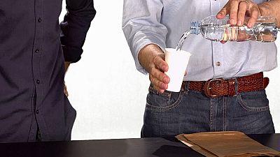 Desafía tu mente - El vaso de agua que viaja de una bolsa a otra