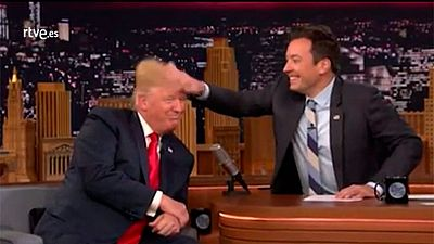 Un presentador despeina a Donald Trump para comprobar si lleva peluquín