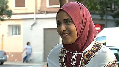 Una joven musulmana deja de acudir a clase porque su instituto prohíbe acceder con la cabeza cubierta