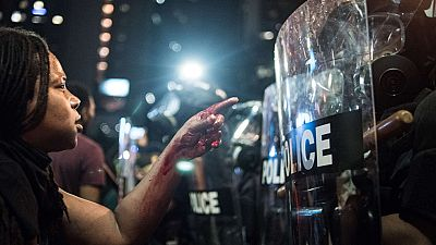 El ejército llega a Charlotte para atajar las protestas y la Policía reconoce dudas en su versión de la muerte del afroamericano Scott