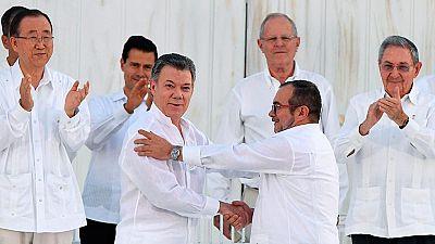 Juan Manuel Santos y 'Timochenko' firman el acuerdo de paz entre Colombia y las FARC