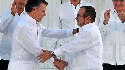 Colombia celebra el acuerdo de paz, Las FARC piden perdón y el Gobierno ofrece la transición a la política