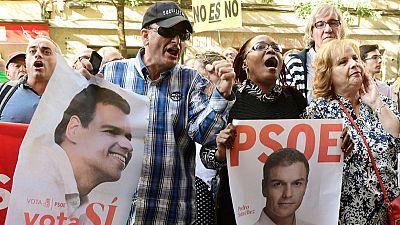 Protestas de los militantes a las puertas de Ferraz, donde el PSOE celebra un Comit� Federal decisivo