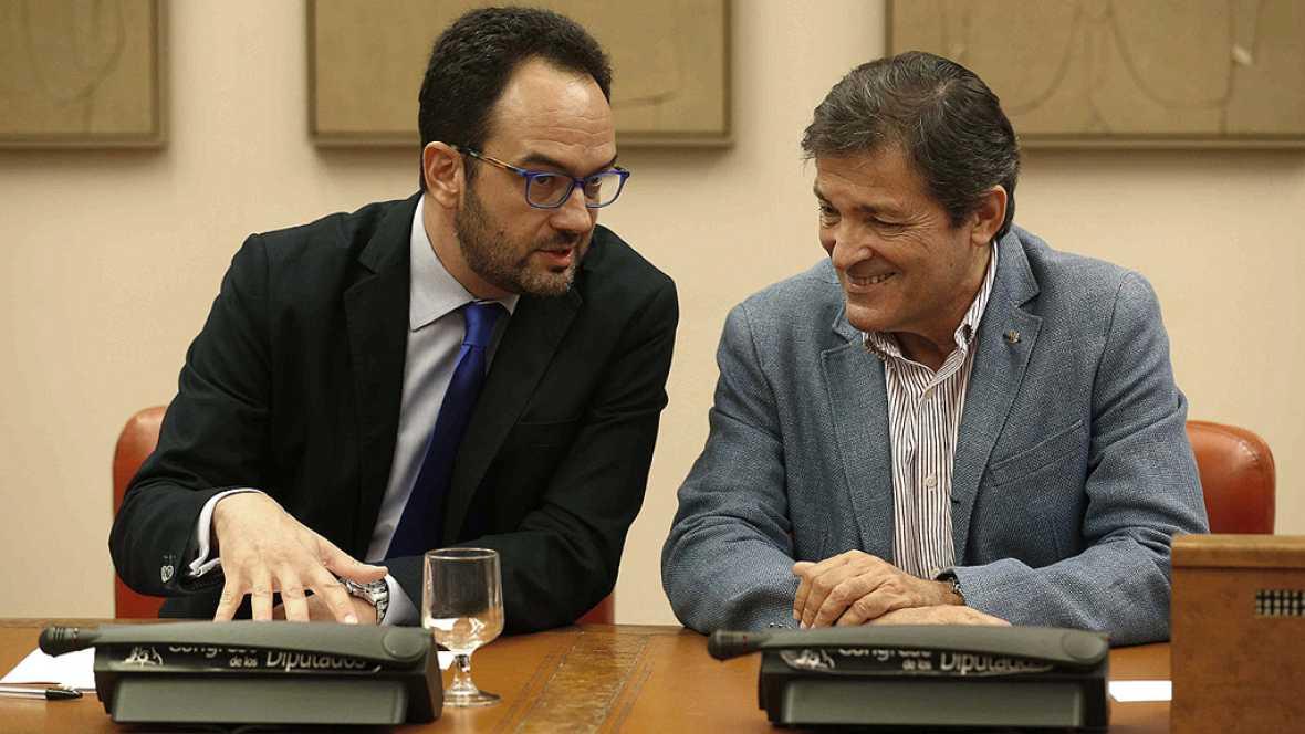 Javier Fernández preside la reunión del grupo socialista, a la que no acude Pedro Sánchez