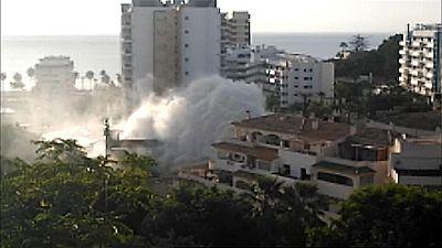 Un espectacular géiser, similar a la altura de un edificio de 5 plantas, se produjo ayer en Benalmádena, Málaga,
