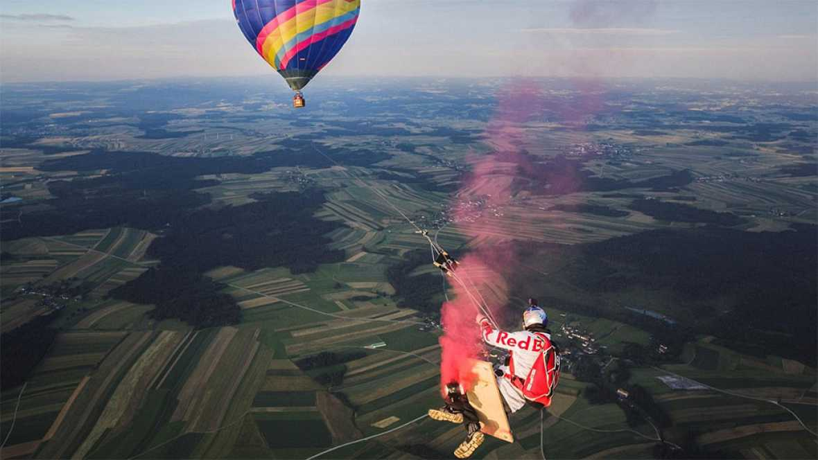 Cuatro paracaidistas se columpian a 1.800 metros colgados de un globos