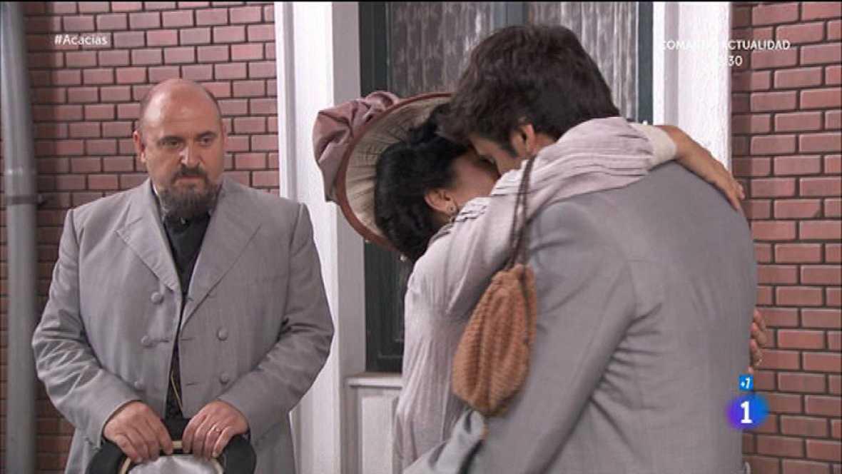 Rosina pide a Liberto que se quede y lo besa en plena calle