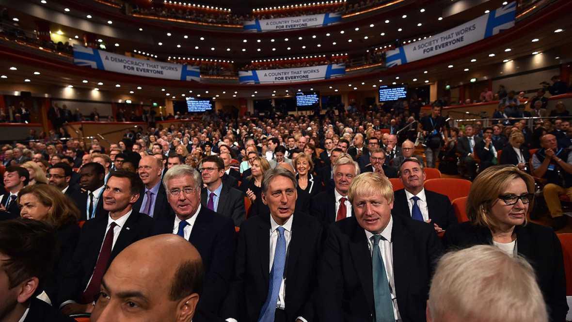El Gobierno británico planea endurecer la contratación de extranjeros para limitar la inmigración