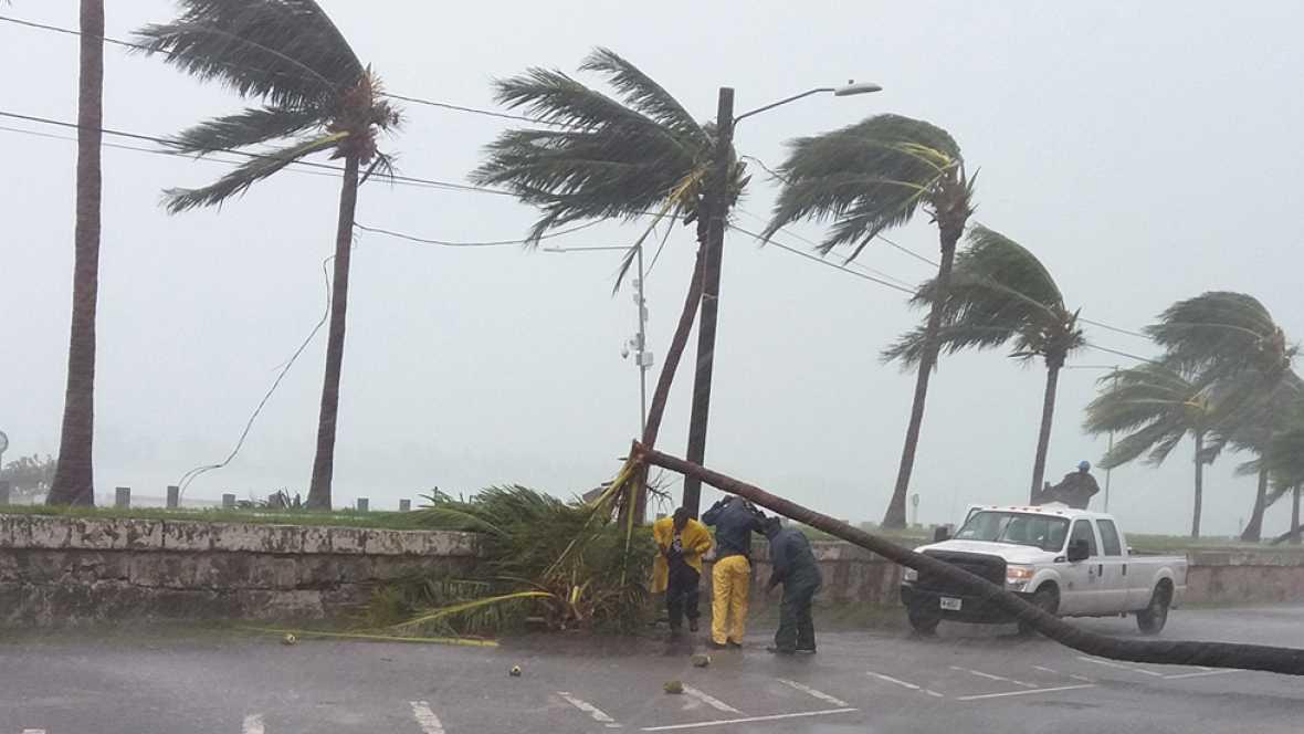 El huracán Matthew azota Florida a 200 km/h y se sitúa a 40 km de Cabo Cañaveral